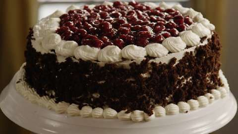 cach-lam-black-forest-cake-3